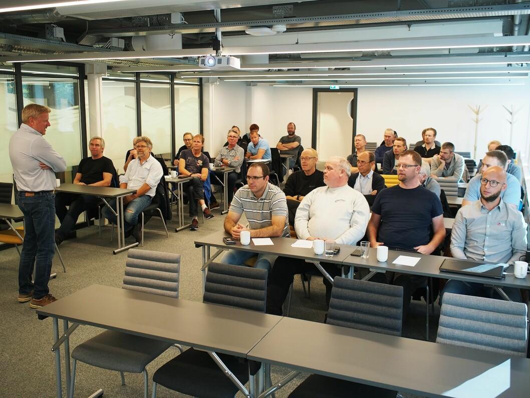 Arne Milna går igjennom sikkerhetsrutiner for hvitevareteknikerne. Foto: Jan Røsholm