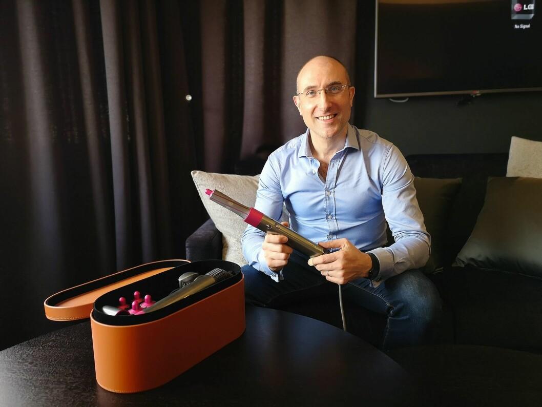 Dysons sjefsingeniør Adriano Niro viser fram selskapets nyeste skjønnhetsprodukt med alt tilbehør, Dyson Airwrap. Foto: Marte Ottemo