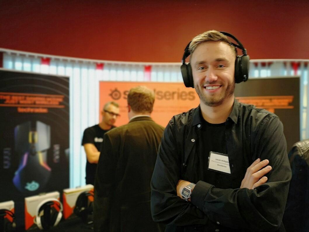 Jakob Wilhjelm, PR- og community-ansvarlig for Norden i SteelSeries, slår et slag for selskapets nye mus og hodetelefoner. Foto: Marte Ottemo