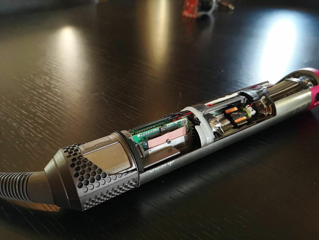 Slik ser innsiden av Dyson Airwrap ut, med mye elektronikk og sensorer som sikrer riktig temperatur. Foto: Marte Ottemo