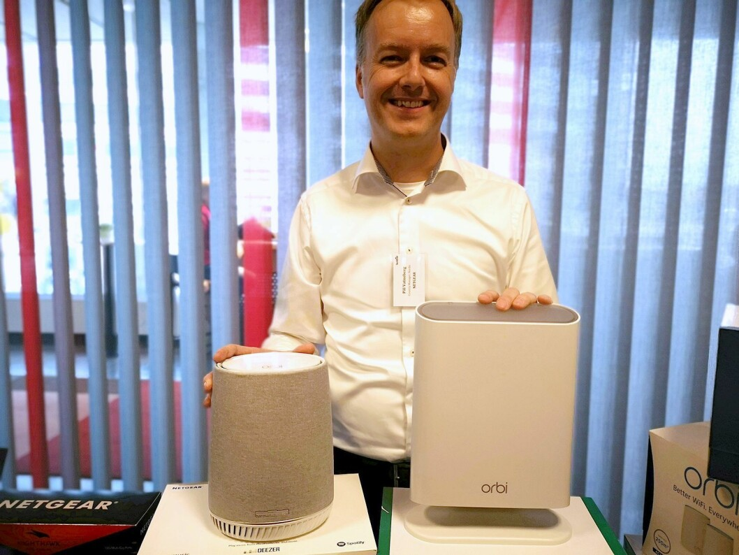 Pål Vatneberg, nordisk sjef for Netgear, viser fram Orbi Voice og Orbi Outdoor. Foto: Marte Ottemo.