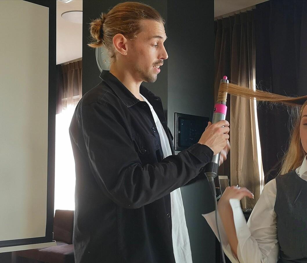 Stylist hos frisøren Gevir Eger, Pål Berdahl, har fått brukt Dyson Airwrap i noen uker allerede, og demonstrerer teknikken. Foto: Marte Ottemo.