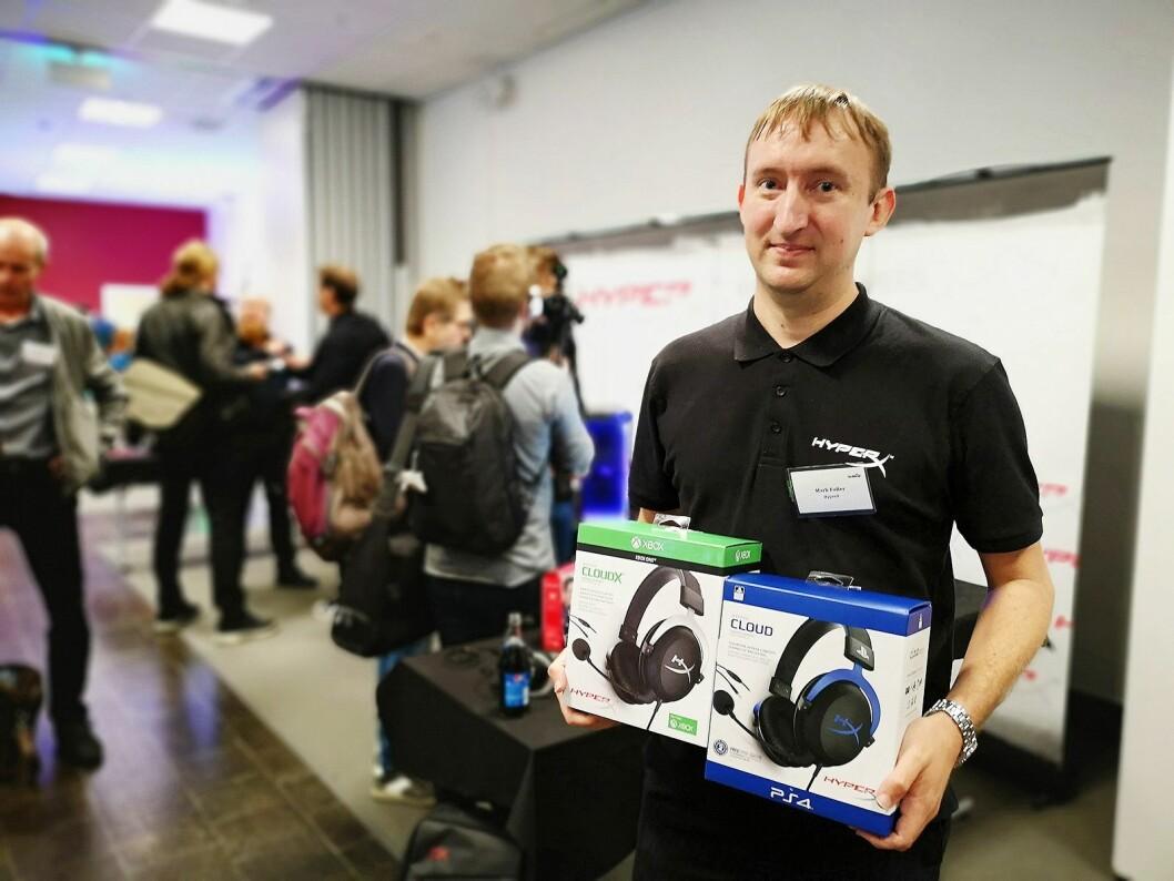 Mark Fuller, produktspesialist i HyperX, ser at gaming-markedet blir stadig større med konsollenes inntog. Her med sine lisensierte Cloud-hodetelefoner for Playstation og Xbox. Foto: Marte Ottemo