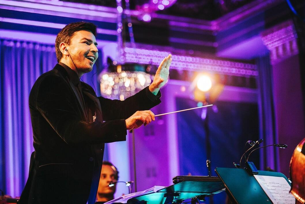 James Shearman har arrangert «The Sound of Light», og dirigerte Syncron Stage Orchestra under urfremførelsen. Foto: Huawei.