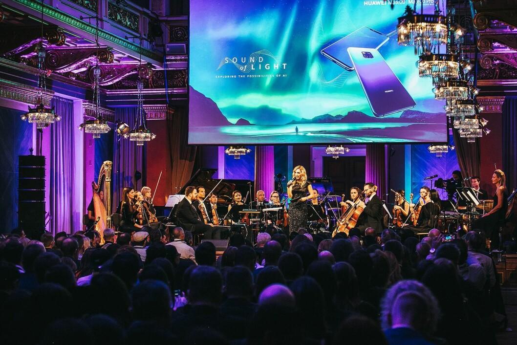 Konferansier Ina Sabitzer på scenen i Brahms-salen i Musikverein i Wien. Foto: Huawei.