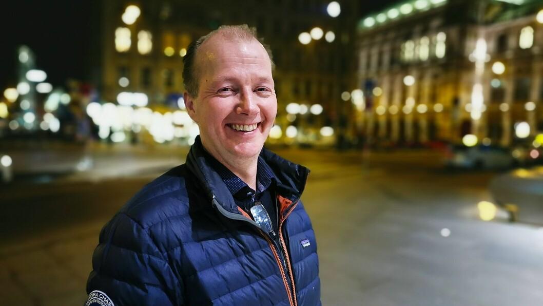 Nordlys-guide og fotograf Kjetil Skogli står bak nordlys-filmene som er brukt i «The Sound of Light». Her er han fotografert i Wien etter urfremføringen. Foto: Stian Sønsteng.