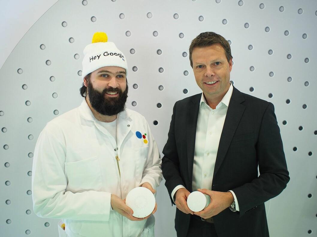 Scott Phillips Jr. (t. v.) representerte Google Assistant på Airthings' stand sammen med Øyvind Birkenes. Foto: Jan Røsholm