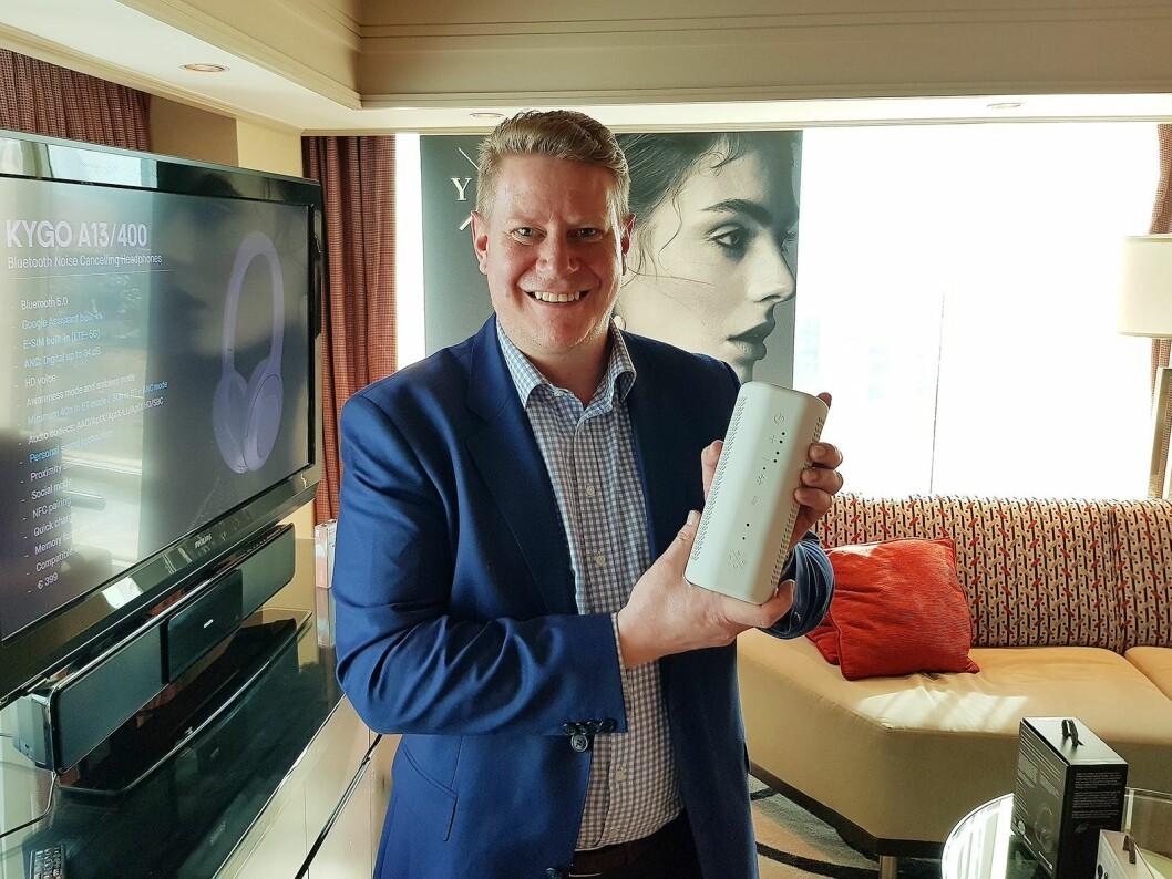 Finn Kristoffer Larsen i Kygo Life viser frem smarthøyttaleren B9/800. Foto: Jan Røsholm