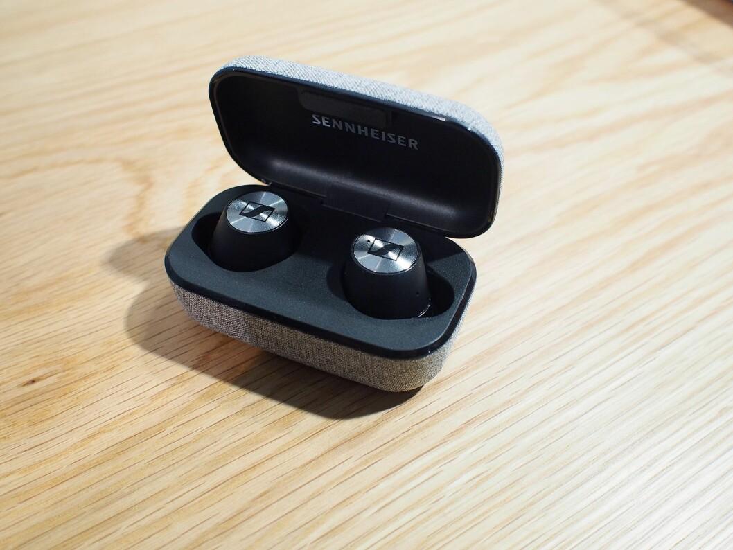 Spilletid på Momentum True Wireless er 12 timer. Foto: Jan Røsholm.