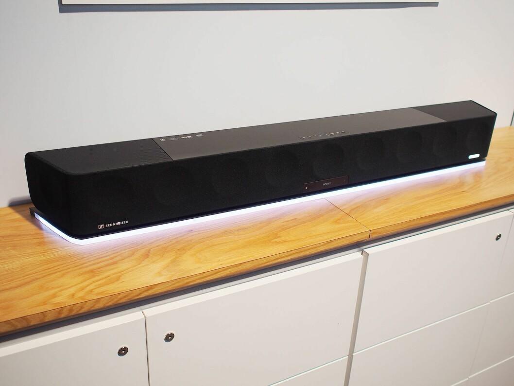 Ambeo-lydplanken har 13 høyttalere og skal gi 3D-lyd. Foto: Jan Røsholm.