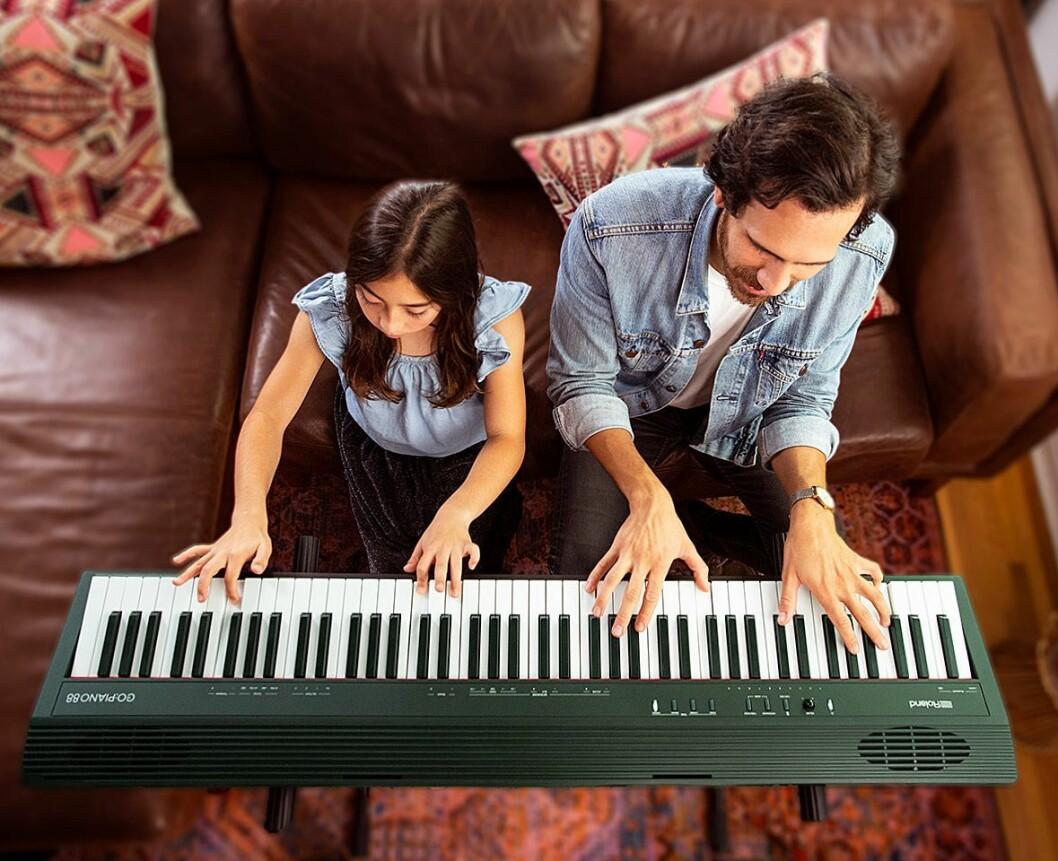 Ved å styre pianoet med stemmen, kan begge hendene være på tangentene. Foto: Roland