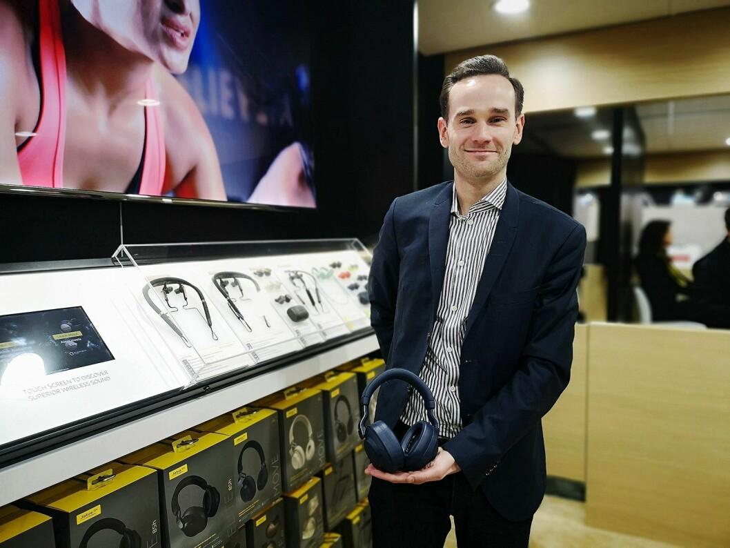 Fredrik Lilliehöök, ansvarlig for produktmarkedsføring hos Jabra, viser fram nye Elite 85h under CES i Las Vegas. Foto: Marte Ottemo