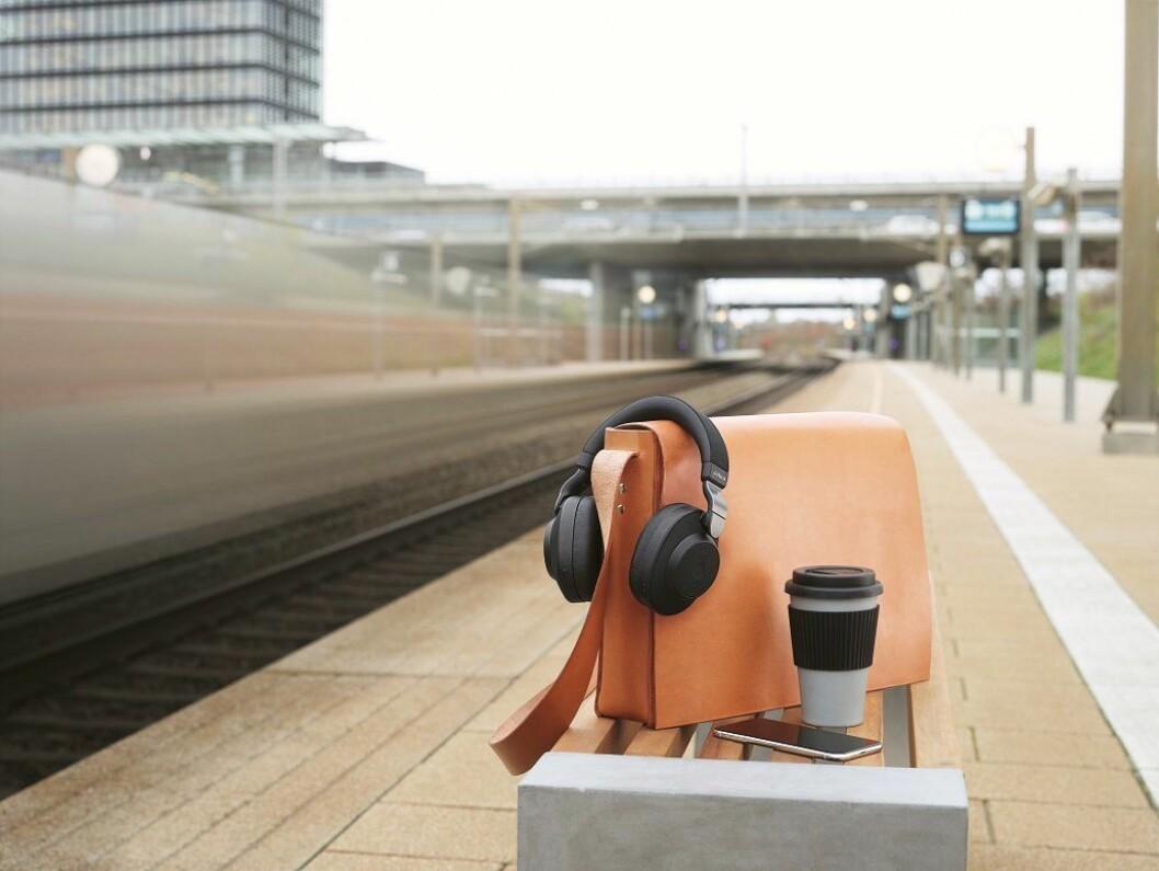 Jabra vil gjøre pendling i støyfulle tog mer behagelig med sine nye hodetelefoner. Foto: Marte Ottemo