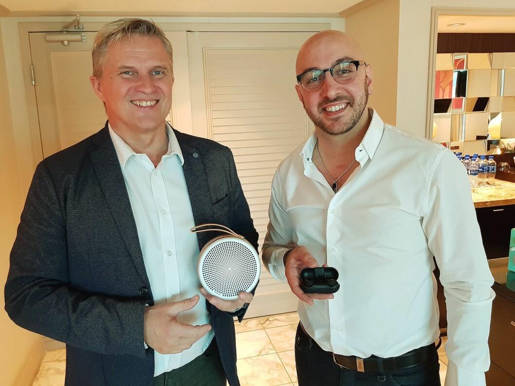 Claus Winter (til venstre) viser frem blåtannhøytaleren Andiamo, mens Paul De Pasquale hilder de nye øreproppene Fonico. Foto: Jan Røsholm