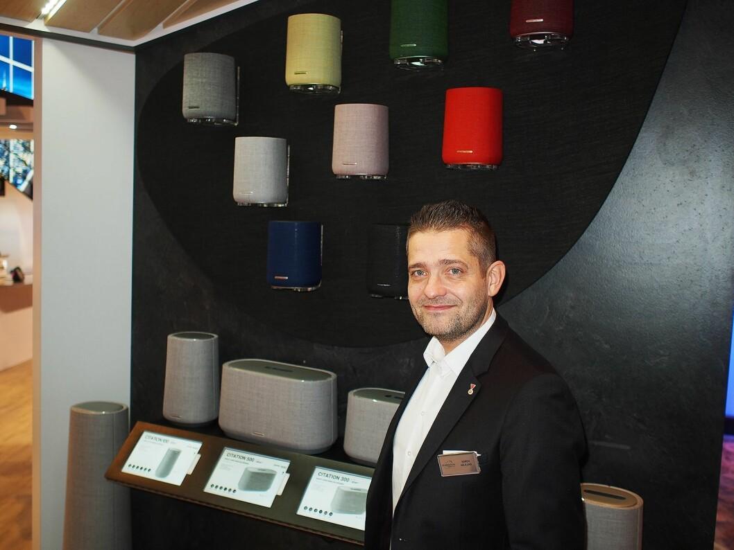 Søren Majlund viser frem ulike Citation smarthøyttalere, JBL Partybox 1000 og JBL Flip 5 blåtannhøytalere. Foto: Jan Røsholm