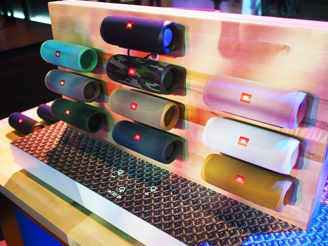 JBL Flip 5 kommer i mange ulike fargekombinasjoner. Foto: Jan Røsholm.