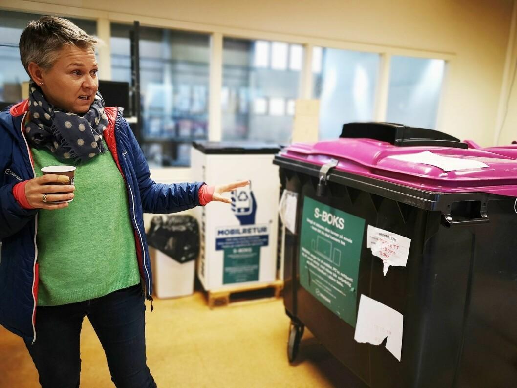 Guro Husby, markedssjef i Norsirk, viser fram S-boksene for sikkert mottak av EE-avfall. Foto: Marte Ottemo.