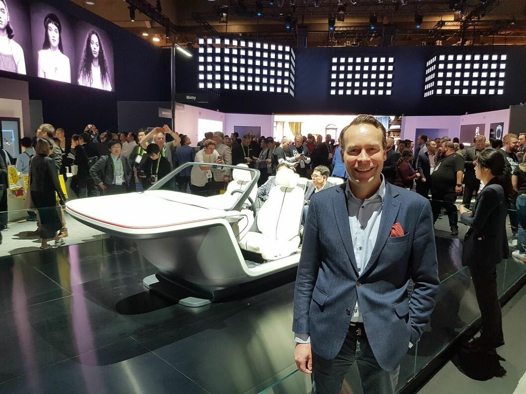 Jaan Ivar Semlitsch ser ikke bort ifra at Samsung førerløs bil kan selges på Elkjøp Marketplace en gang i fremtiden. Foto: Jan Røsholm