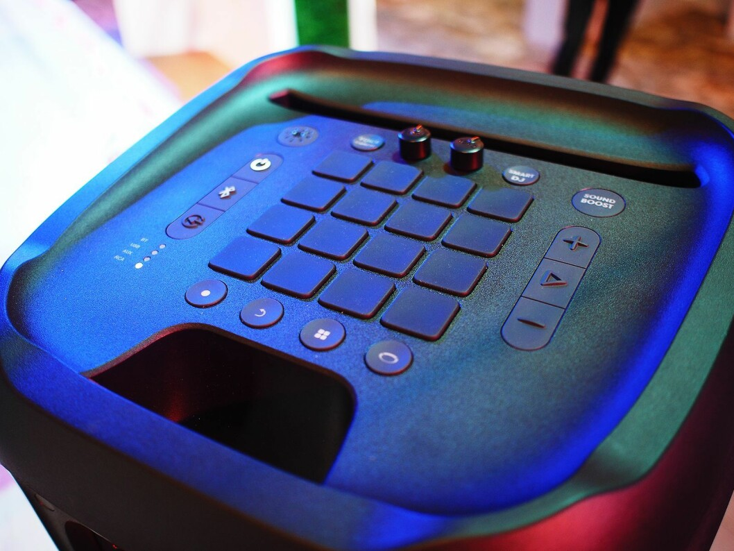På toppen av JBL Partybox 100 er det betjeningspanel for DJ. Foto: Jan Røsholm.
