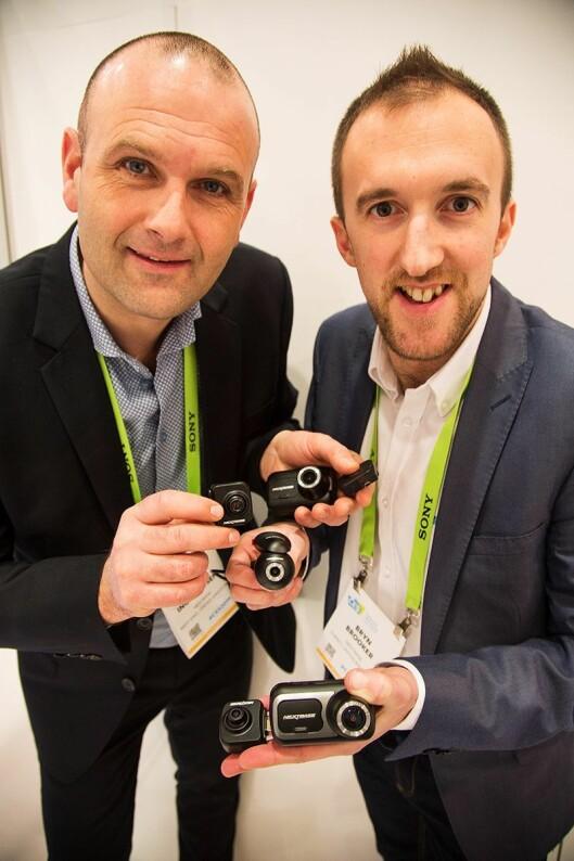 Nordensjef Robert Ingebretsen (t.v.) og Bryn Brooker, Head of Marketing i NextBase viser frem nye produkter på CES. Foto: Coxit.
