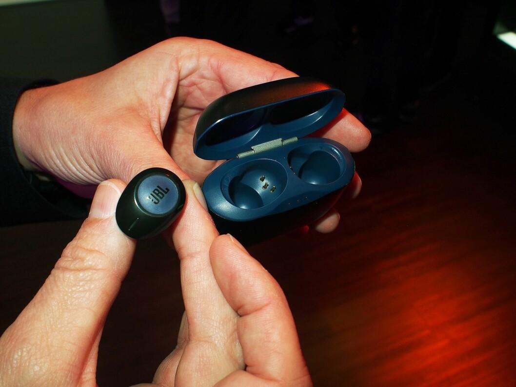 De nye fullstendige trådløse øreproppene fra JBL har spilletid på 16 timer. Foto: Jan Røsholm.