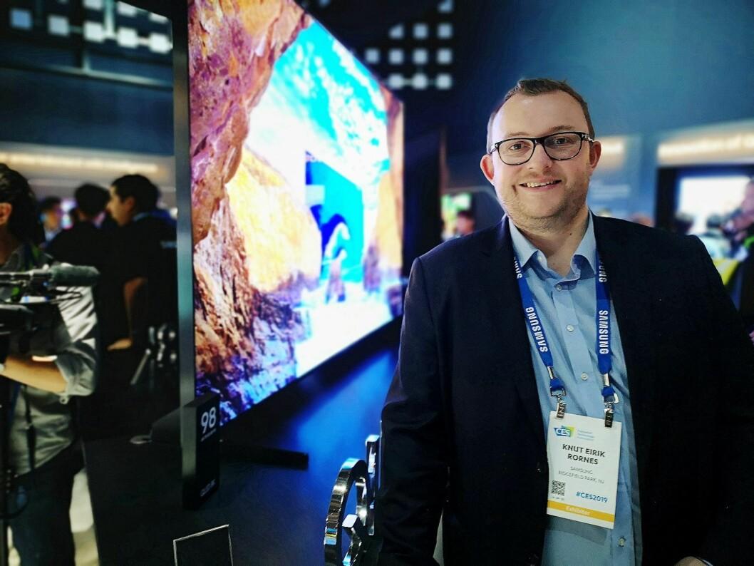 Knut Eirik Rørnes, produktspesialist i Samsung Nordic, sier de har hatt ventelister på første generasjon av selskapets 8K-TVer i Norge. Nå kommer de nye versjonene. Foto: Marte Ottemo.