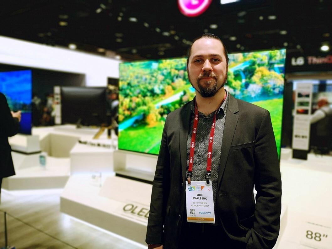 Produktspesialist i LG Nordic, Erik Svalberg, presenterte selskapets nyeste TVer under CES-messen i Las Vegas. Foto: Marte Ottemo.