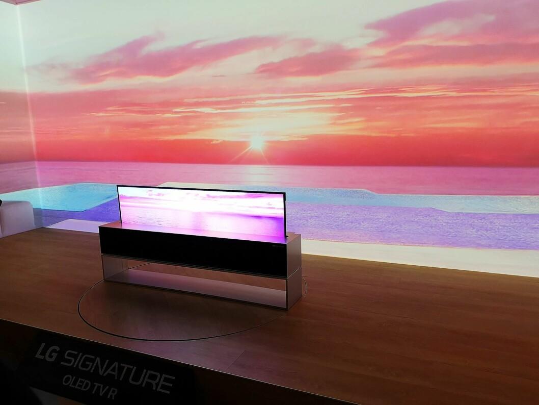 LGs nye Signature-TV kan rulles opp og ned i møbelet den står på. Foto: Marte Ottemo.