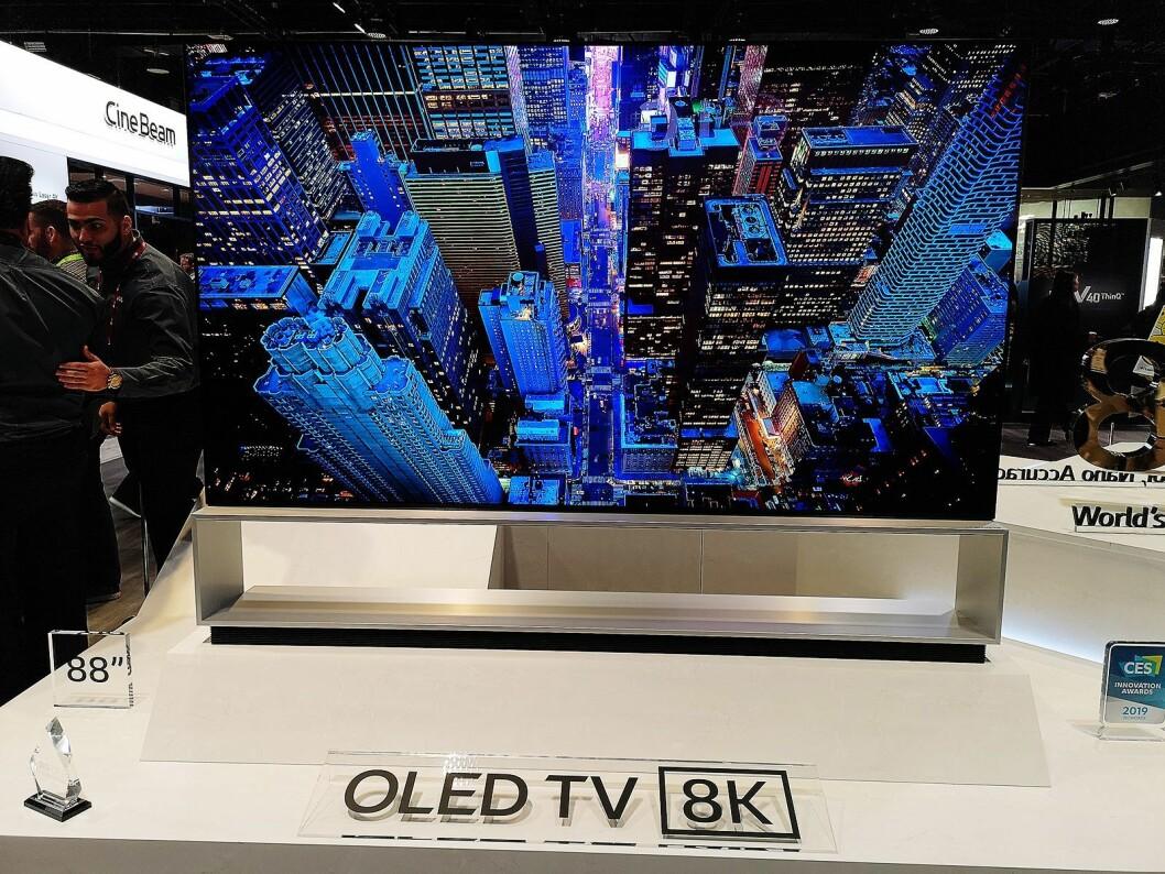 Aller størst på LGs stand var selskapets nye 88 tommer store 8K oled-TV. Foto: Marte Ottemo.