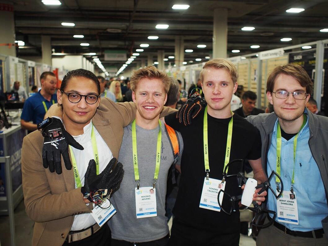 Gutta i Arveng Technologies på plass på CES- messen. Fra venstre Moina Tamuly, Magnus Arveng, Sondre Tagestad og Bernt Johan Damslora. Foto: Jan Røsholm