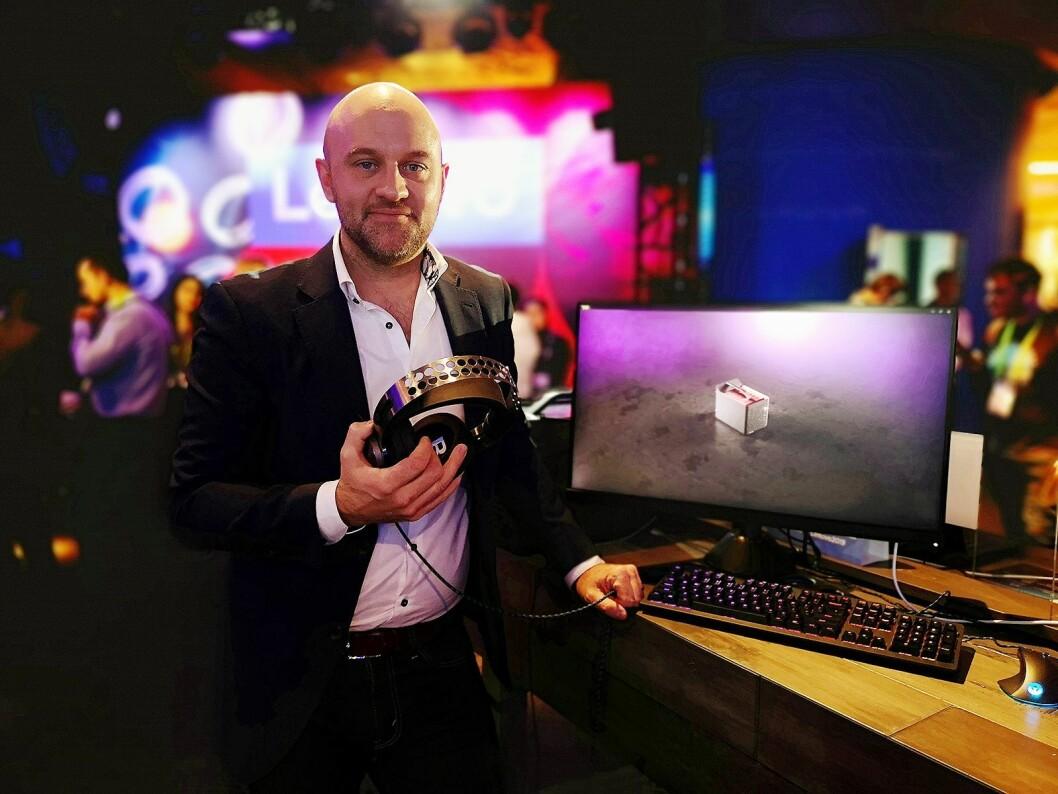 Martin Sterner, direktør for konsumentmarkedet i Lenovo Nordic, viser fram de nye Legion hodetelefonene fra selskapet. Foto: Marte Ottemo.