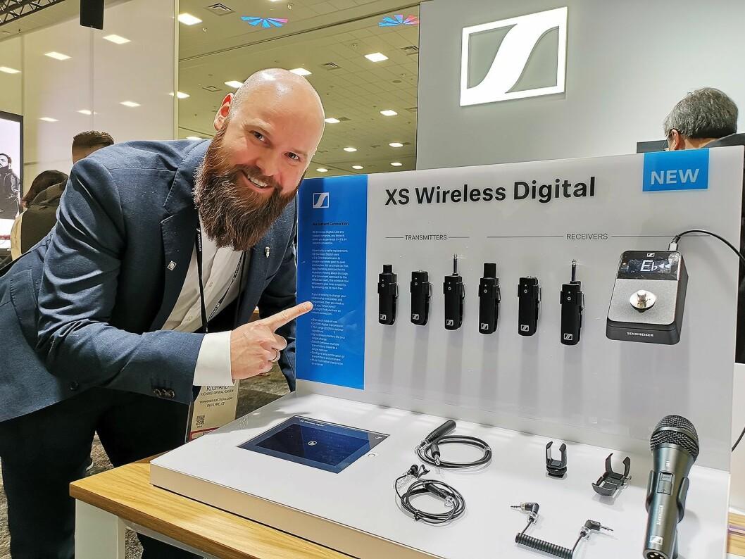 Richard Opsahl-Engen i Sennheiser Nordic AS med XS Wireless Digital, en ny alt-i-ett-serie for trådløs overføring av musikk, teater og tale, også tilpasset overføring av lyd til video. Foto: Stian Sønsteng