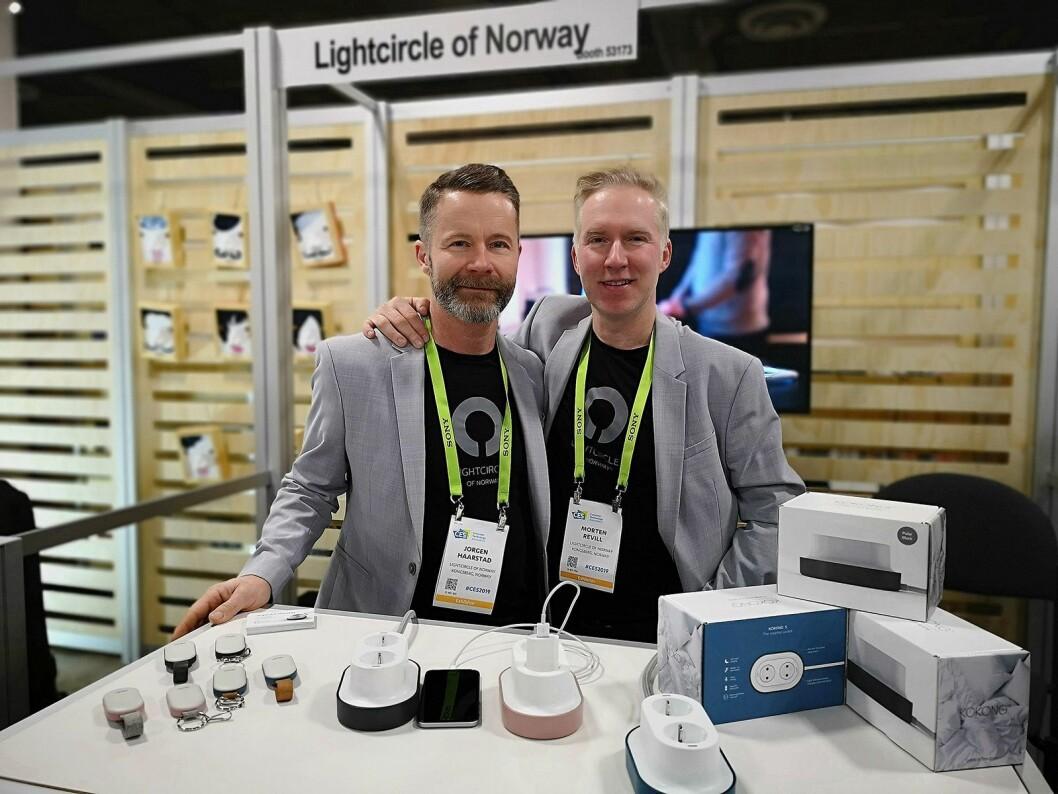 Co-gründere Jørgen Hårstad (t.v) og Morten Revill i Lightcircle of Norway er på CES for å vise fram sin smarte stikkontakt Kokong. Foto: Marte Ottemo