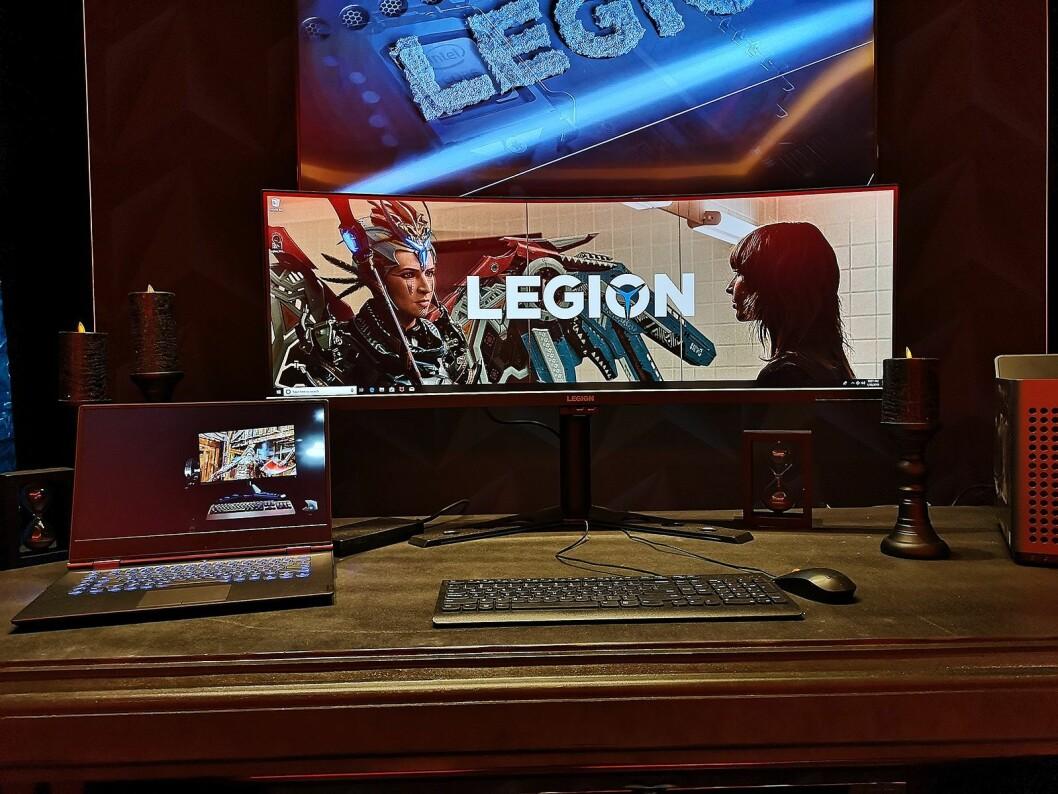 Spillskjermen Legion Y44w er på hele 44 tommer, og har innebygd høyttaler i foten. Foto: Marte Ottemo.