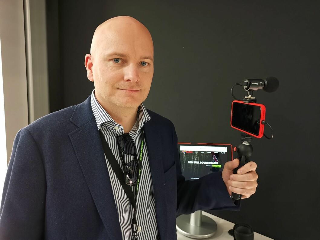 Arild Høyem i Benum med Shure MV88+ Video Kit, der det følger med et Manfrottostativ. Foto: Stian Sønsteng