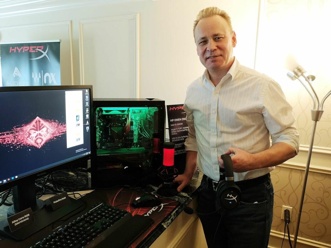 Emea-sjef i HyperX, Paul Leaman, viser fram selskapets nye hodetelefoner Coud Orbi, og mikrofonen HyperX Quadcast på CES i Las Vegas. Foto: Marte Ottemo