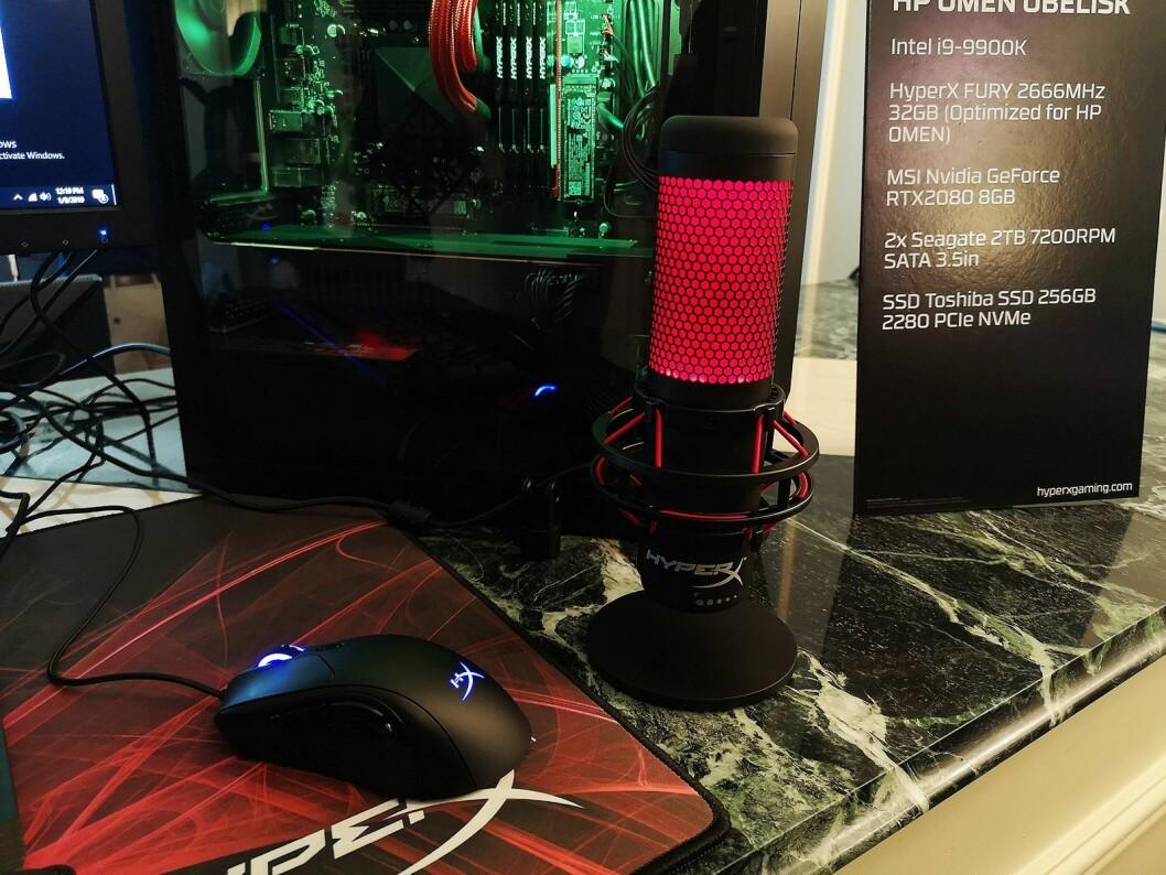HyperX Quadcast er rettet mot gamere som strømmer live, og lyser rødt for å indikere at du er på lufta. Foto: Marte Ottemo.