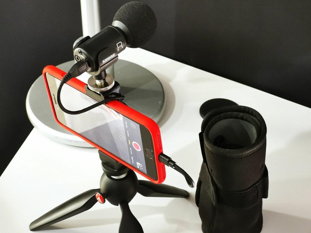 Shure MV88+ Video Kit består av en mikrofon med kabler fra lightning og USB-C til mikro-USB samt hodetelefoninngang, samt et Manfrottostativ, feste til mobiltelefonen, og en mappe for oppbevaring. Foto: Stian Sønsteng.