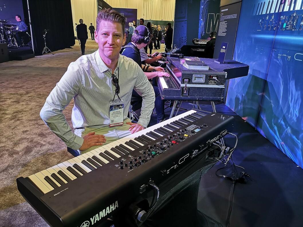Andreas Gustafsson med det nye scenepianoet CP88. I bakgrunnen den klassiske modellen CP80. Foto: Stian Sønsteng.