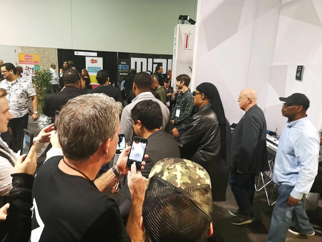 Det var kaotisk hos Dexibell da Stevie Wonder besøkte dem på The NAMM Show i Anaheim. Foto: Stian Sønsteng.
