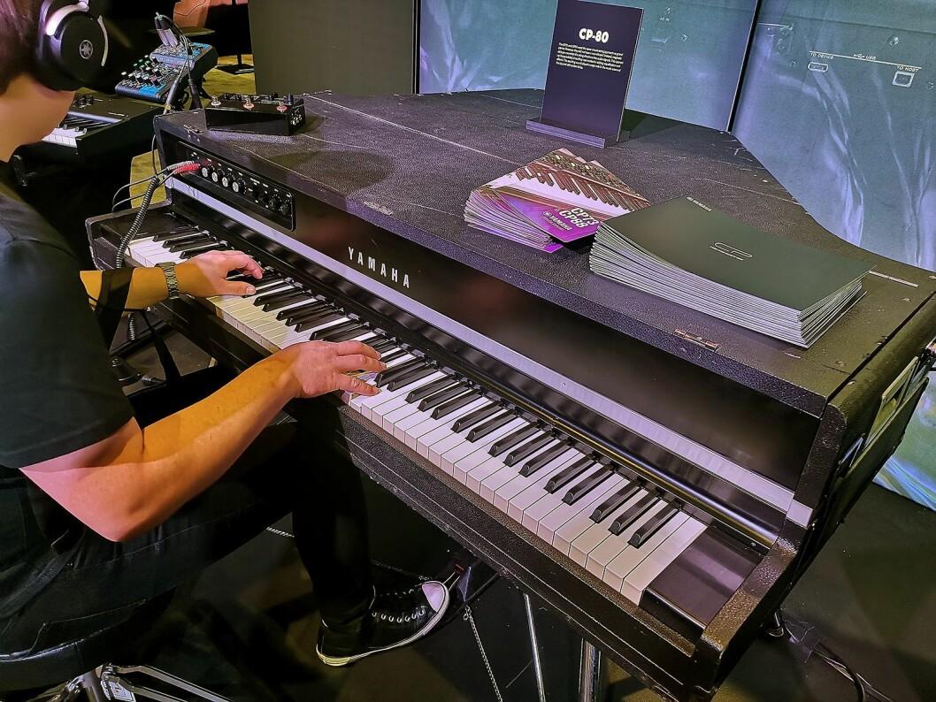 Mange benyttet anledningen på The NAMM Show til å prøve Yamahas klassiske piano CP80. Foto: Stian Sønsteng.