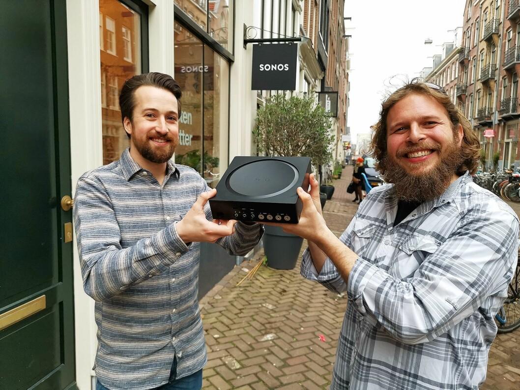 Patrick Gall (t. v.) og Benji Rappoport lanserte Sonos Amp under et arrangement i Amsterdam den 5. februar. Foto: Stian Sønsteng