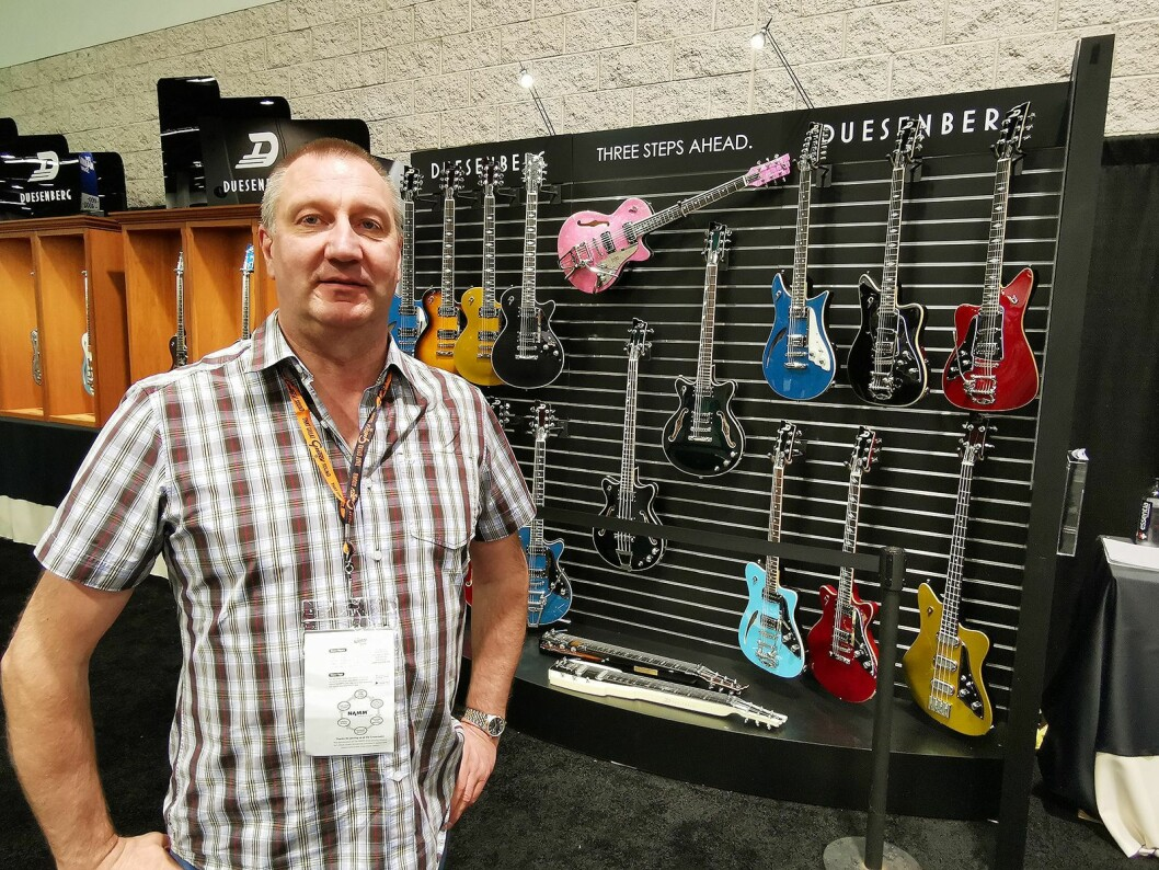 Magne Iversen ved Gitarhuset sier det er viktig for dem å ha eksklusive merker, som tyske Duesenberg. Foto: Stian Sønsteng.