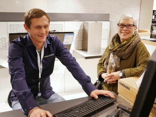 Eirik Snoksrud hjalp Trine Rønneberg under nyåpningen av Euronics Lambertseter den 26. oktober 2017, iført skjorte med ny logo. Foto: Stian Sønsteng.