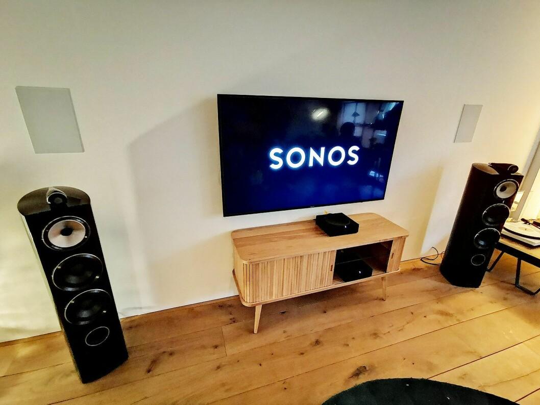 Under presselanseringen i Amsterdam viste Sonos at Amp kan drive både deres egne innbyggingshøyttalere, og frittstående høyttalere, der den skaper en virtuell senterkanal. Foto: Stian Sønsteng.