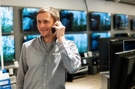 Eirik Snoksrud iført ny og grå Elon-skjorte, etter at Euronics Lambertseter har bytt navn til Elon Lambertseter. Foto: Elon.