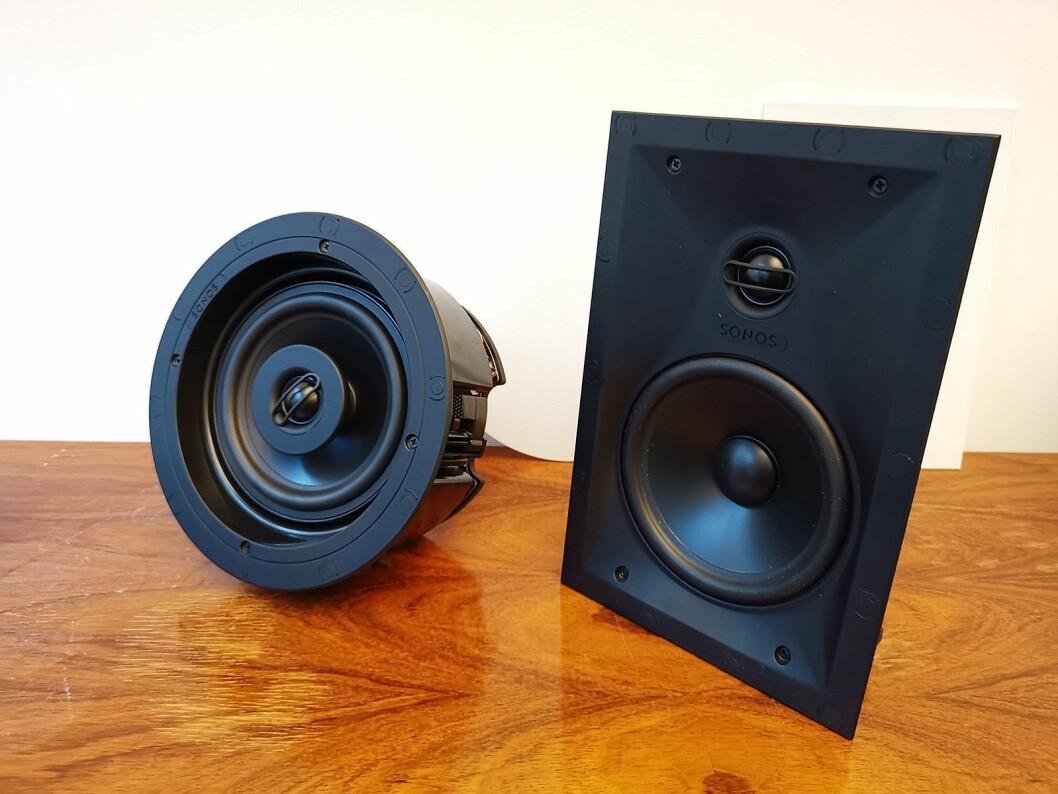 Innbyggingshøyttalerne Sonos In-Wall (t. h.) og Sonos In-Ceiling, som er i handelen 26. februar, koster 6.500 kroner paret. Foto: Stian Sønsteng