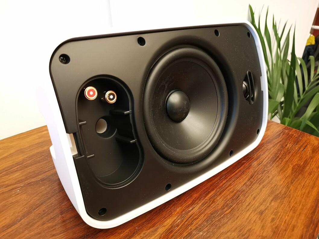 Slik ser utendørshøyttalerne fra Sonos ut bak grillen. Foto: Stian Sønsteng.