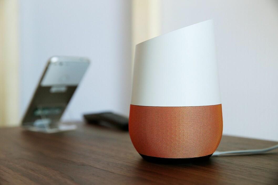 Googles digitale assistent kommer i to ulike versjoner, og har gjort det godt i julesalget i Norge. Foto: Google