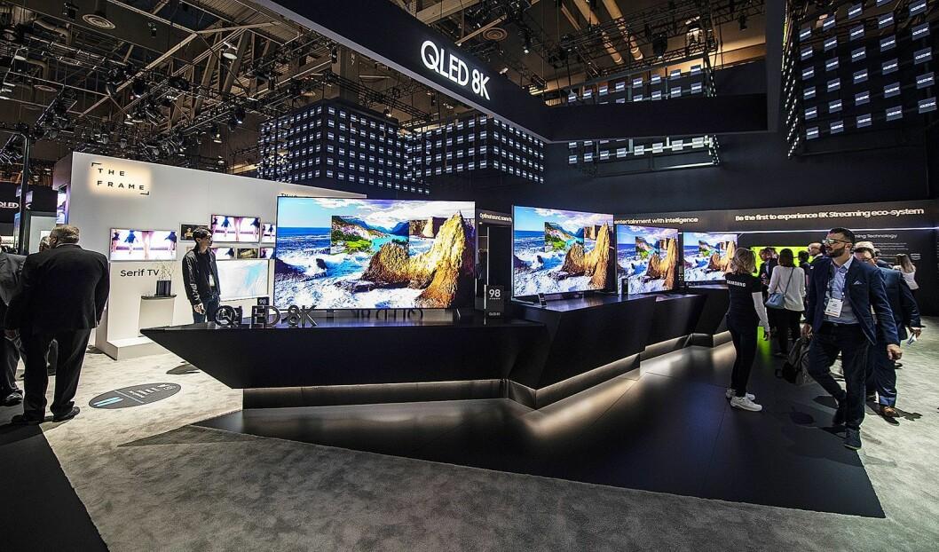 Norske forbrukere kjøper stadig større TVer, og flere produsenter kommer med 75, 85 og 98 tommer store modeller i 2019. Her fra Samsungs stand på CES-messen i Las Vegas i januar. Foto: CES